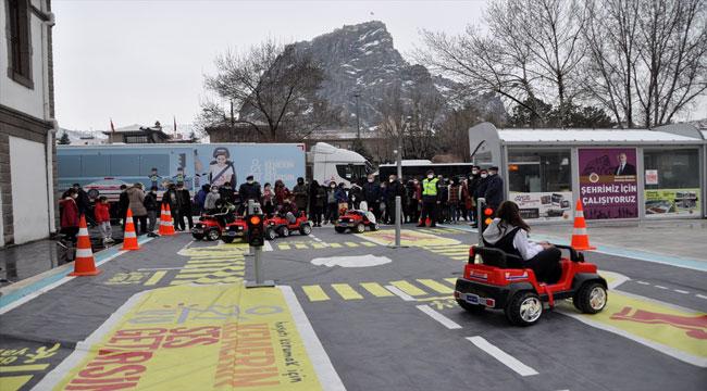 Afyon'da öğrencilere Jandarma Mobil Trafik Eğitim Tırında trafik kuralları anlatıldı