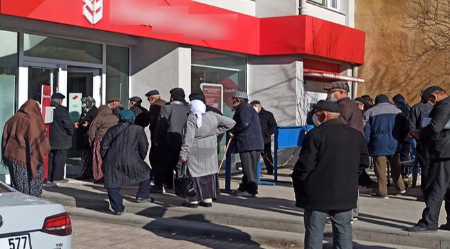 Afyon'da salgına rağmen banka önünde kuyruklar oluştu