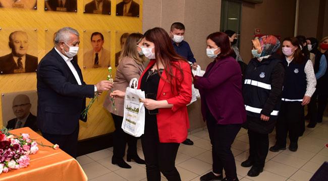 Başkan Zeybek kadın personellerin Kadınlar Günü'nü kutladı