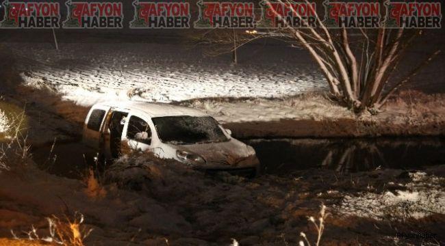 İhsaniye'de kayan kamyonet su kanalına düştü