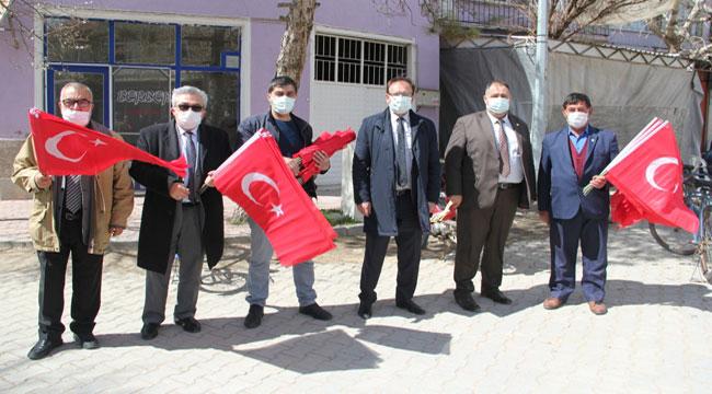 İYİ Parti, Başmakçı ve Evciler'de Türk Bayrağı dağıttı
