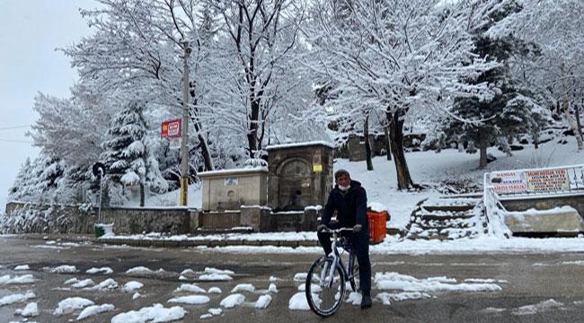 Kar ve soğuk havaya rağmen bisiklet tutkusundan vazgeçmedi