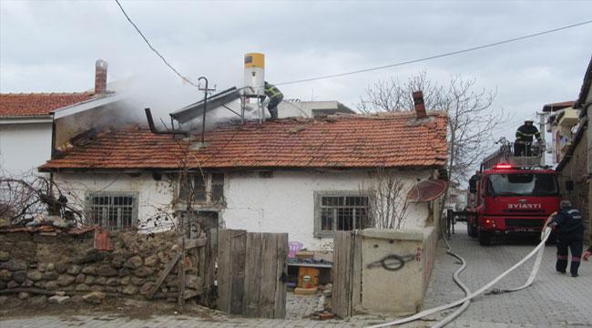 Sandıklı'da tek katlı ahşap ev yanarak kullanılamaz hale geldi