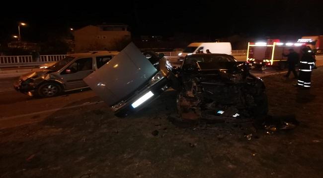 Üç araç birbirine girdi, 5 yaralı