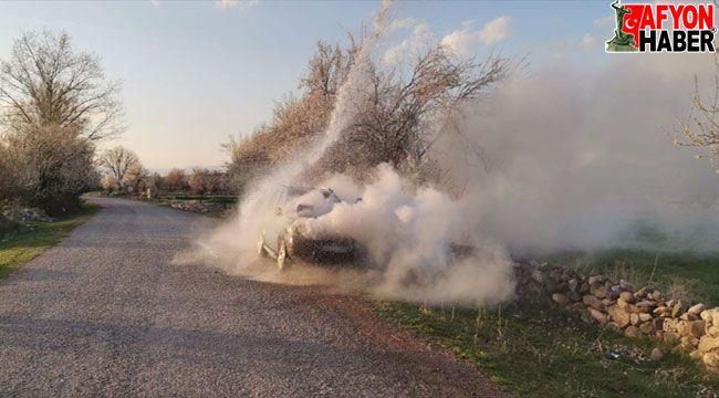 Afyon'da seyir halindeki otomobil yandı