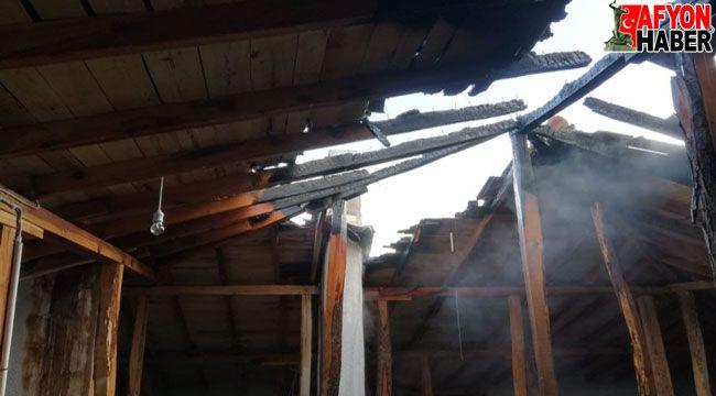 Afyon'da bir evin çatısında yangın çıktı
