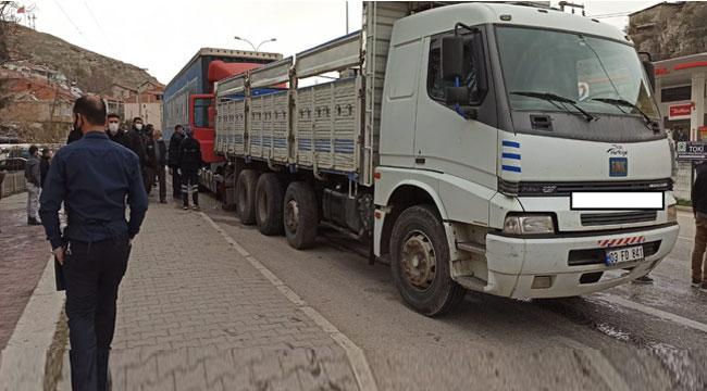 Afyon'da freni boşalan tır kontrolden çıkıp yol kenarındaki kamyona çarptı