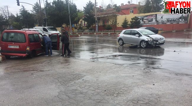 Afyon'da kısıtlama saatinde 2 araç kavşakta bir birine girdi