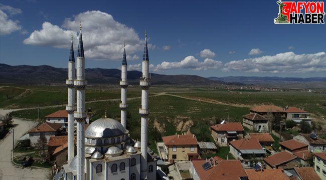 Afyon'un o köyünde 4 minareli camii dikkat çekiyor