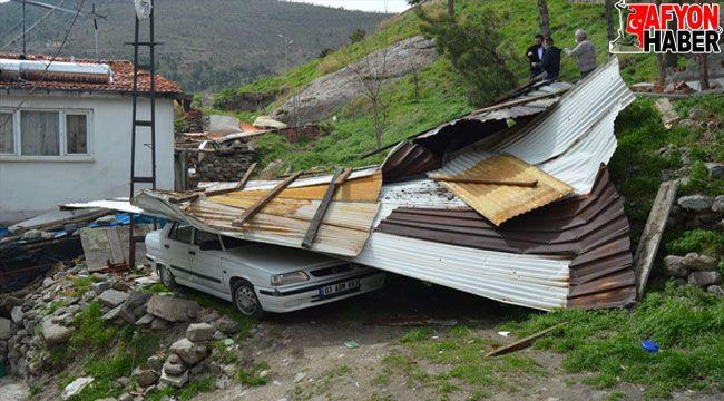 Afyon'da metruk binanın çatısı otomobilin üzerine düştü