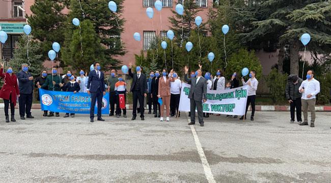 Afyon'da otizmli öğrenciler havaya mavi balon bıraktı