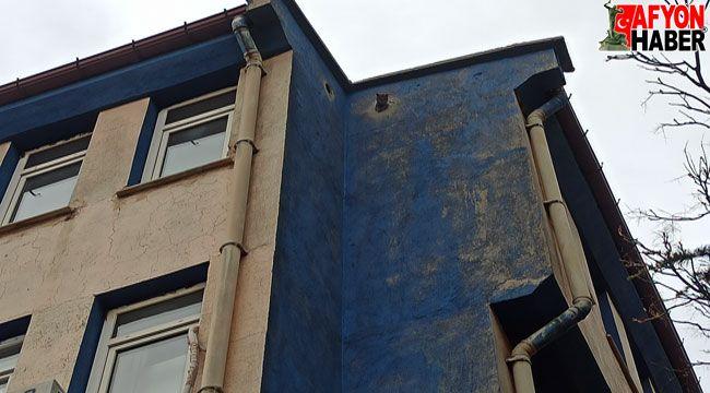 Binanın çatısındaki hava boşluğunda mahsur kalan kediyi itfaiye kurtardı