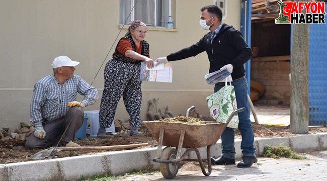 Dazkırı'da her eve ve işyerine imsakiye ve maske dağıtıldı