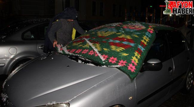 Afyon'da dolu aniden bastırdı, vatandaş arabasına koştu!..