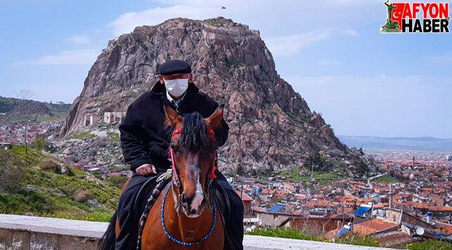 Kapanma öncesi atına binip son kez şehir turuna çıktı