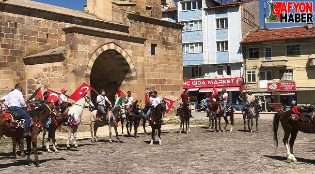 İsrail zulmünü, atlarıyla konvoy oluşturarak protesto ettiler