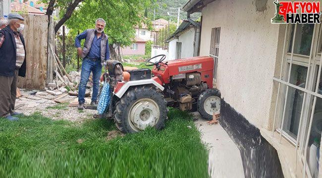 Kullandığı traktörü kontrolden çıkınca kendi evinin duvarına çarptı