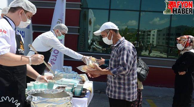 Afyon Devlet Hastanesi'nde aşı kuyruğuna girenlere çorba ikram edildi