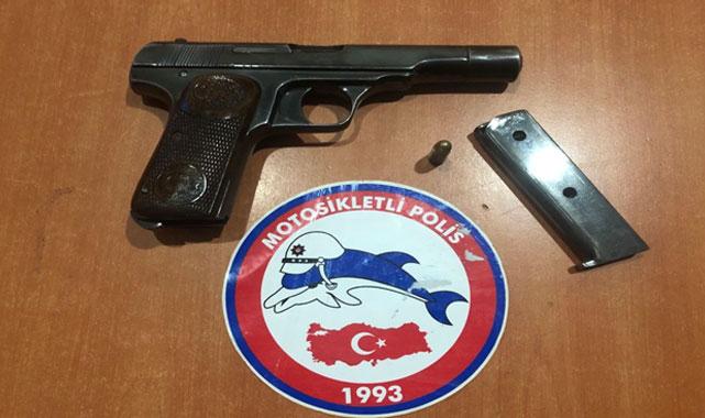 Afyon'da polis uygulamasında ruhsatsız tabanca ve uyuşturucu ele geçirildi
