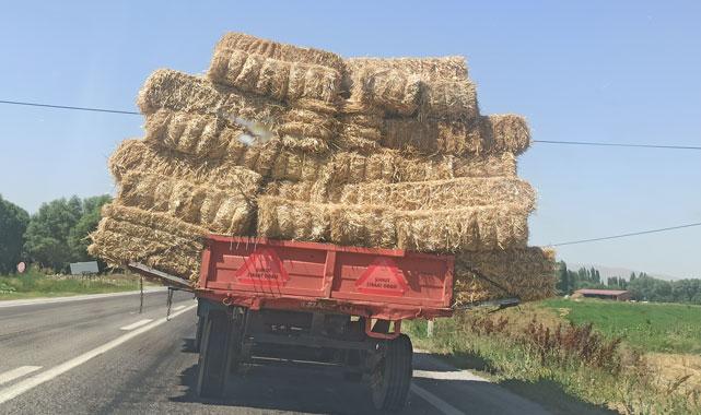 Balya yüklü traktörün tehlikeli yolculuğu