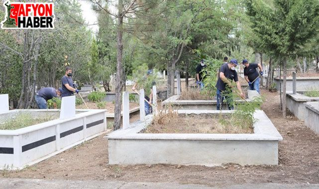 Sandıklı'da mezarlıklarda bakım ve çevre düzenlemesi çalışması yapıldı