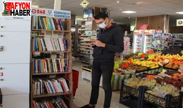 Hem alışveriş yapıyorlar, hem kitap okuyorlar!..