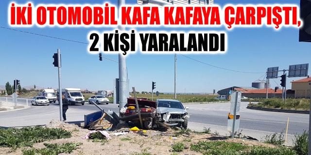 İKİ OTOMOBİL KAFA KAFAYA ÇARPIŞTI, 2 KİŞİ YARALANDI