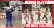OKULUN BAHÇESİNDE UZUN NAMLULU SİLAHLA FOTOĞRAF…!!!
